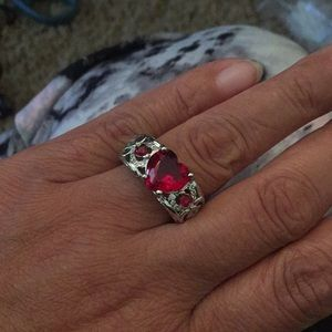 Jewelry - Red heart scrollwork ring